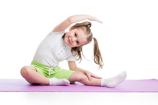 Fetita ce face un exercitiu de stretching