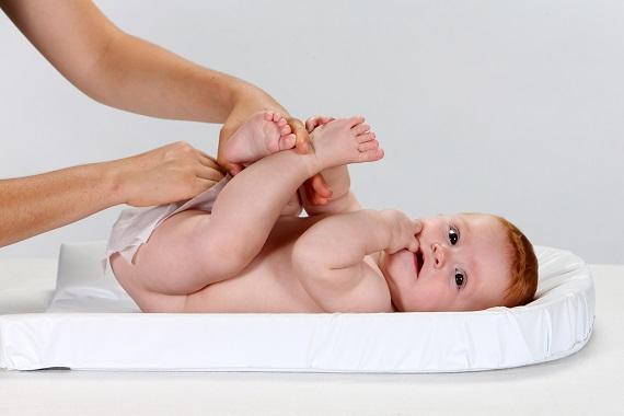 Bebelus care este sters in zona scutecului cu servetele umede