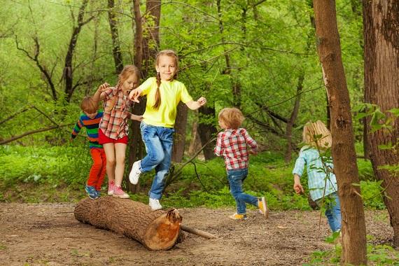 Copiii ce se joaca in padure