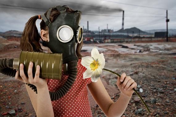 Fetita cu o masca de gaze si cu o floare in mana