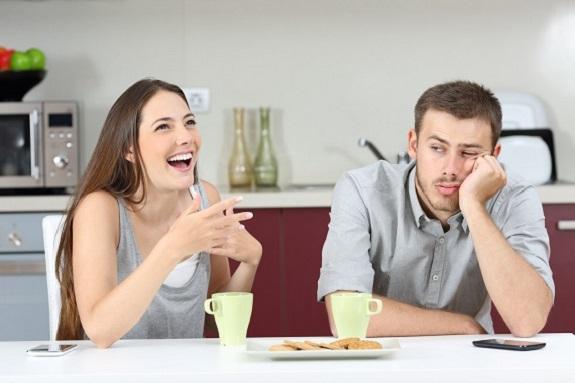 Femeie ce rade, in timp ce partenerul ei este trist
