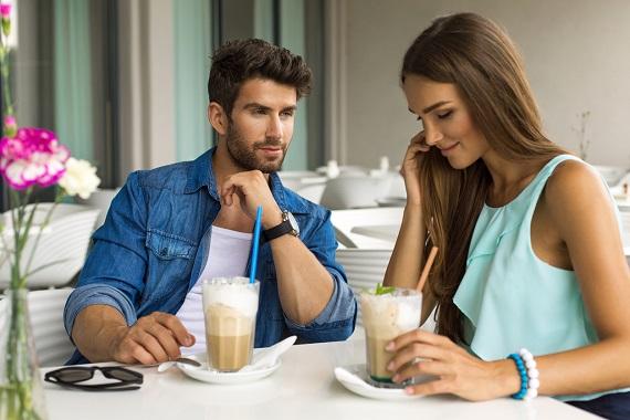 Cuplu ce a iesit sa bea un cafe frape