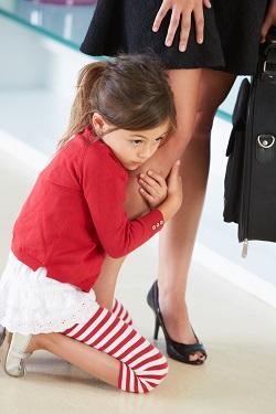 Fetita ce s-a prins de piciorul mamei ei si nu mai vrea sa o lase sa plece