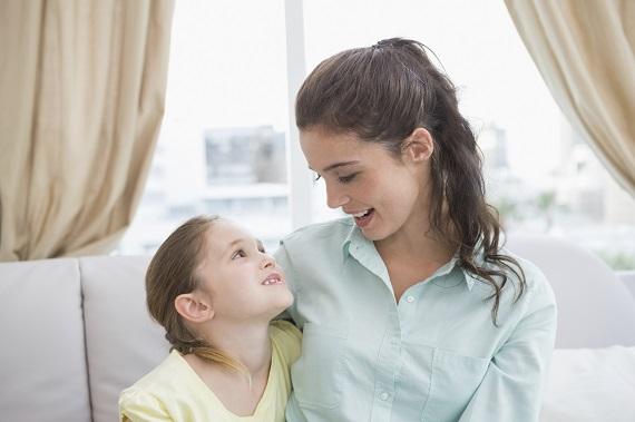 Mama discuta cu copilul si il linisteste