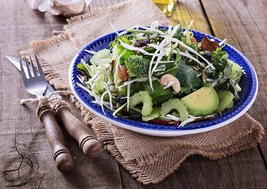 Salata cu avocado, broccoli, varza, nuci