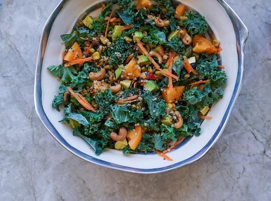 Salata de kale, avocado, quinoa