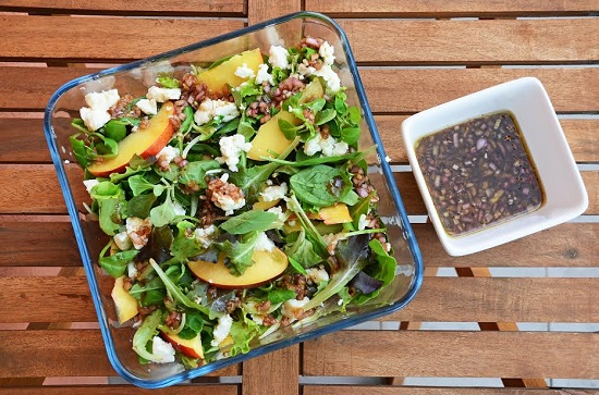 Salata cu piersici,mix de salate, avocado, seminte, branza
