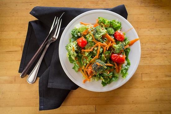 Salata cu broccoli, morcovi, rosii