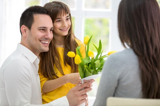 Fiica si tatal vor sa-i daruiasca flori mamei