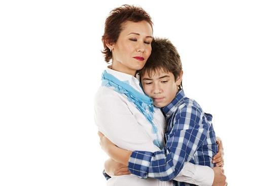 Mama si fiul se imbratiseaza