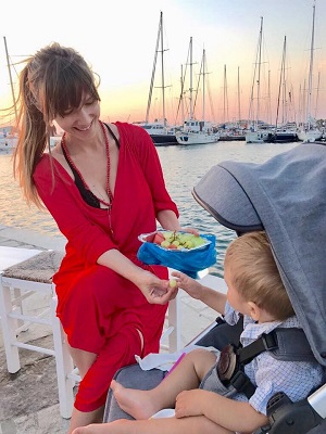 Adela Popescu incearca sa il hraneasca cu fructe pe fiul ei