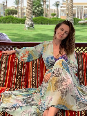 Adela Popescu relaxandu-se pe o terasa
