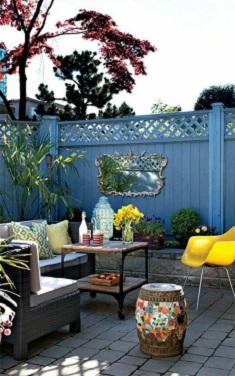 Gard de gradina decorat cu o oglinda retro