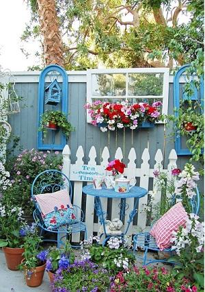 Gard decorat cu o rama de geam si cu muscate