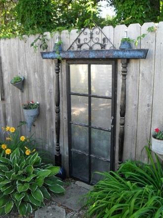 Gard decorat cu o rama de geam de la o casa veche