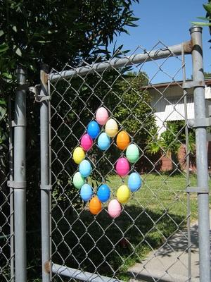 Gard de gradina decorat cu oua de plastic