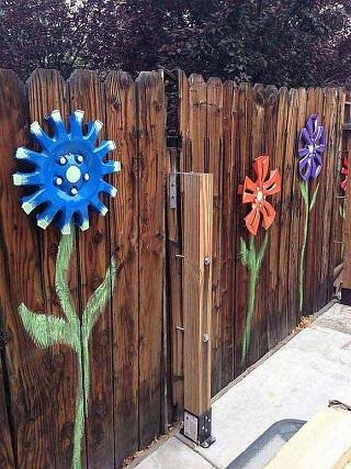 Gard decorat cu flori din capace de roti