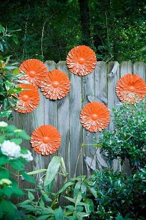 Gard de gradina decorat cu dalii