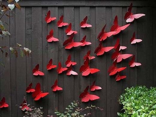 Gard de gradina decorat cu fluturi