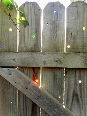 Gard de gradina cu gaurele colorate