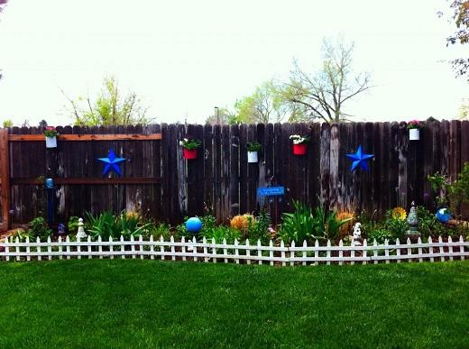 Gard decorat cu ghivece si cu stelute