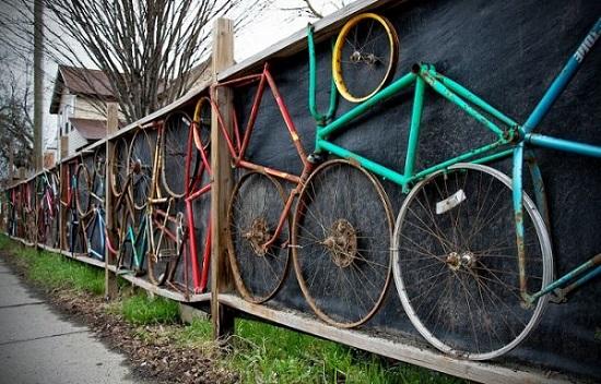 Gard decorat cu biciclete, asezate in forme geometrice