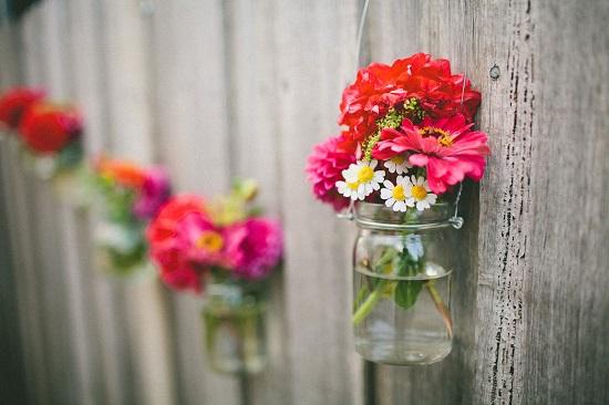 Gard de gradina decorat cu borcane cu flori