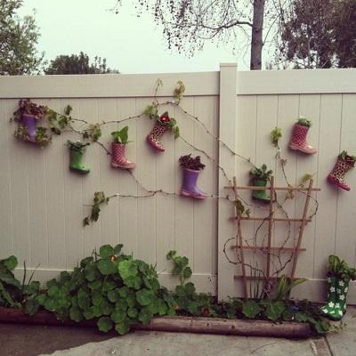Gard decorat cu cizmulite-ghiveci