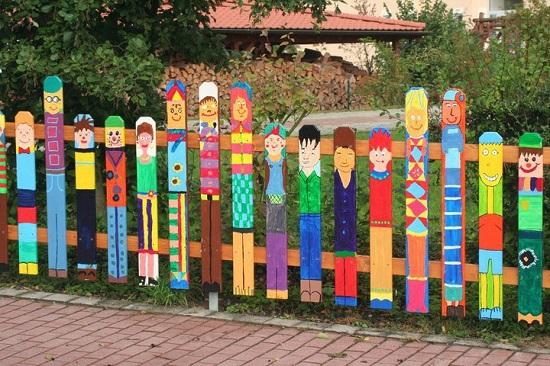 Gard de gradina cu chipuri pictate