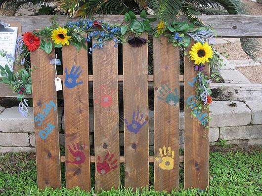 Gard din gradina decorat cu flori si cu palmute
