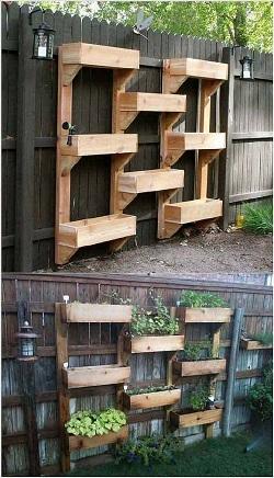 Gard de gradina decorat cu ghivece mari de lemn