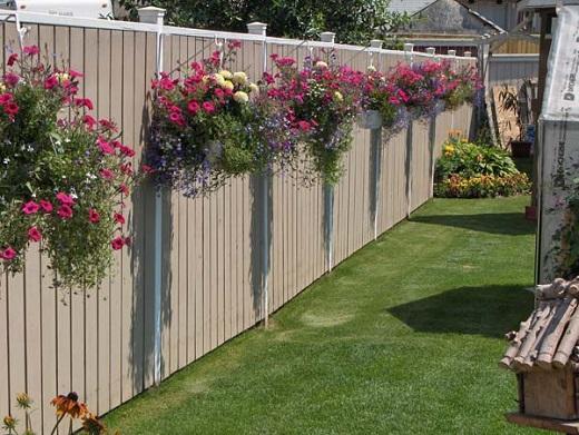 Gard decorat cu ghivece albe cu flori