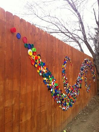 Gard de gradina decorat cu capace de plastic