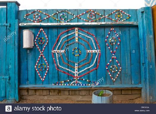 Gard de gradina decorat cu modele din capace