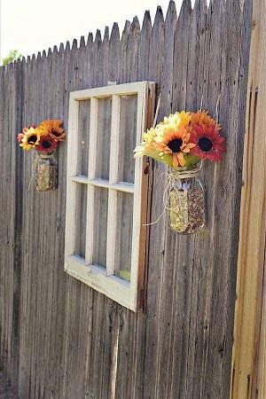 Gard cu rame de geam si cu flori de camp