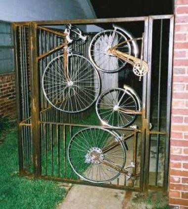 Gard de la poarta decorat cu roti de bicicleta