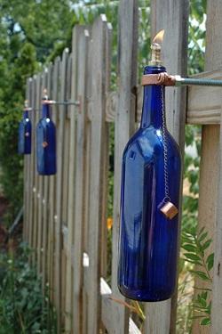 Gard decorat cu sticle albastre
