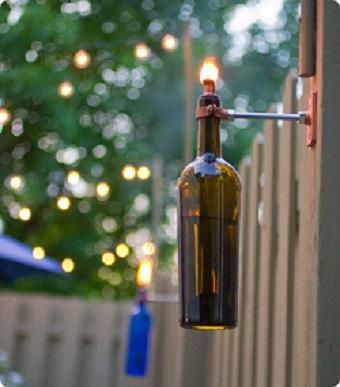 Gard decorat cu sticle cu fitil