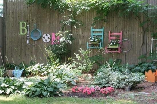 Gard din gradina decorat cu scris si cu scaune colorate