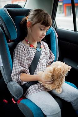Fetita in masina, in scaunul special pentru copii