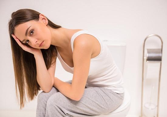 Fata care sta pe toaleta
