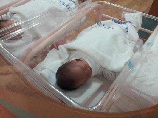Bebelus in patut la maternitate
