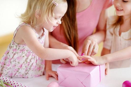 Pana face 10 ani, un copil ar trebui sa stie sa impacheteze un cadou