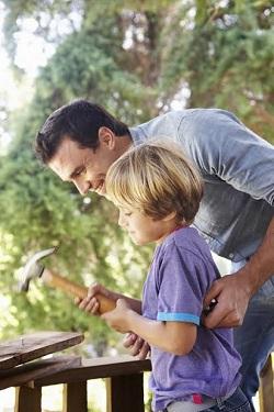 Un copil ar trebui sa invete sa bata un cui pana la 10 ani