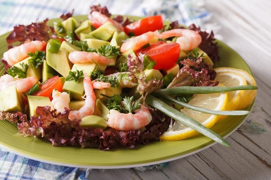 Salata cu avocado, creveti, rosii