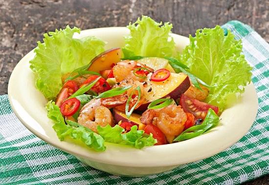 Salata verde cu piersici, creveti, rosii
