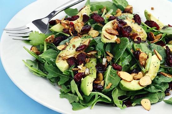 Salata cu avocado, spanac, migdale