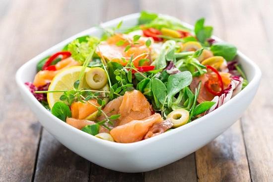 Salata cu somon si tot felul de legume