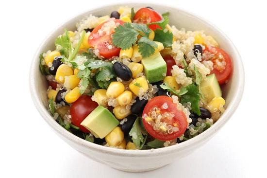 Salata cu quinoa, rosii, dovlecei, porumb,masline