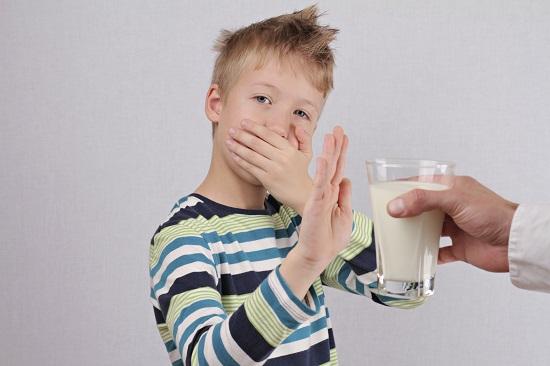 Copilul poate avea alergie la proteina lactica